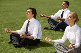 El yoga reduce el estrés laboral y por lo tanto mejora la productividad de la empresa.