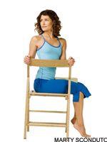 Bharadvajasana o torsión espinal simple con silla. Ayuda a aliviar la tensión y el dolor en tu espalda lumbar, hombros y cuello.
