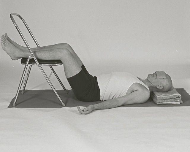 Yoga contra el dolor de espalda estilo iyengar insayoga - Sillas para la espalda ...