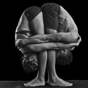 Si no estás practicando Yoga en pareja, es mejor que intentes evitar el contacto físico con tu vecino de esterilla.