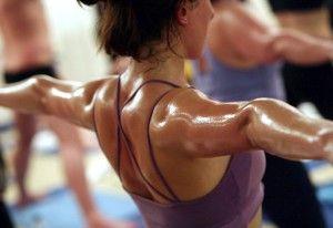En Bikram Yoga se pierde mucha agua en forma de sudor debido a las altas temperaturas, pero la pérdida de peso a largo plazo no es tan significativa como en Vinyasa o Ashtanga.
