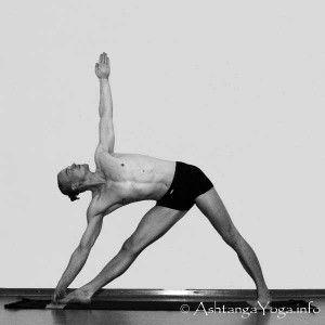 Utthita trikonasana o postura del triángulo: hacia la derecha contrae el hígado, hacia la izquierda lo estira. Ayuda a la limpieza de este y otros órganos internos.