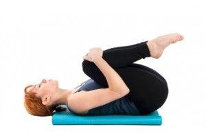 Apanasana o postura de las rodillas al pecho.