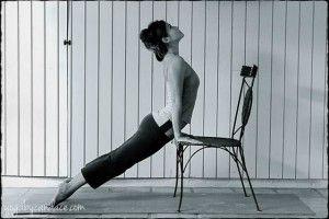 Urdhva mukha svanasana con silla: alivia la rigidez y el dolor de  los hombros, la espalda superior y el cuello.