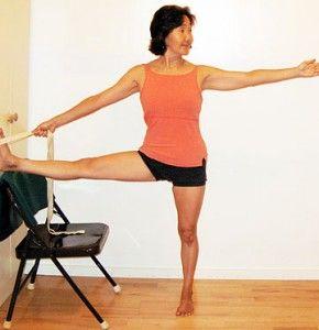 Utthita Hasta Padangustasana II o postura tomando el dedo gordo del pie II: Igual que la anterior, alivia la rigidez en las caderas y estira la parte posterior de las piernas.