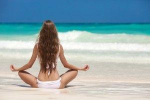 Para practicar esta meditación en la playa, siéntate en la arena mirando al mar
