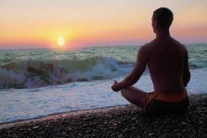 meditar en la playa